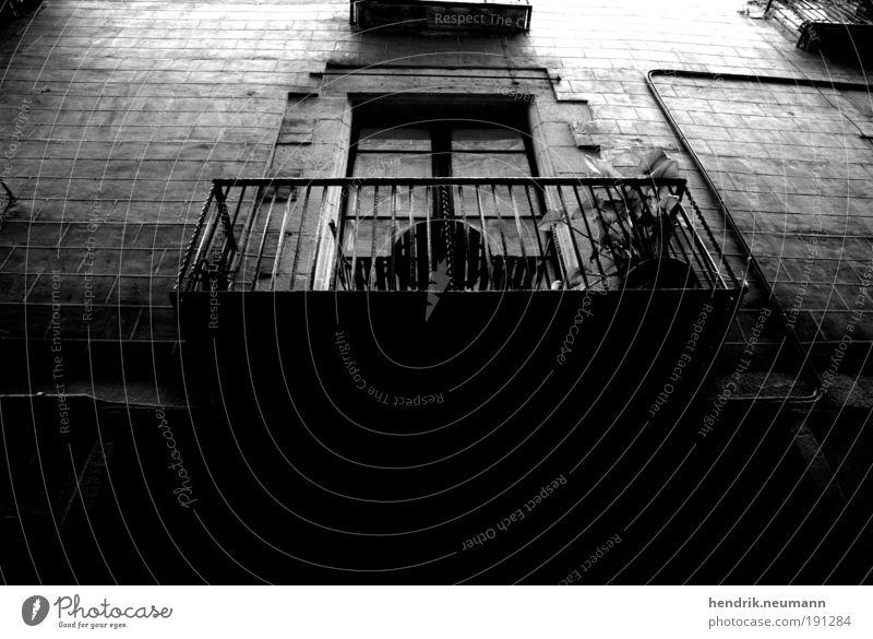 le balcon xy alt schwarz dunkel Traurigkeit dreckig Fassade ästhetisch authentisch Wandel & Veränderung Häusliches Leben Balkon Verfall Symmetrie stagnierend Originalität Licht