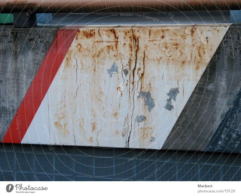 angerostet weiß rot Mauer dreckig Architektur verrückt Streifen Rost Fleck
