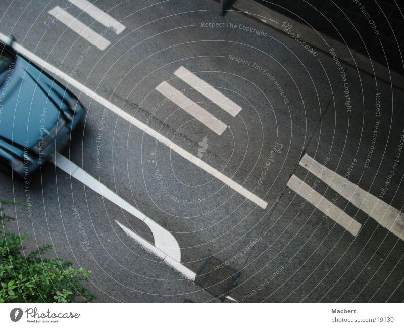 Rechts rum Verkehr Parkhauseinfahrt Straße PKW blau Schilder & Markierungen Pfeil