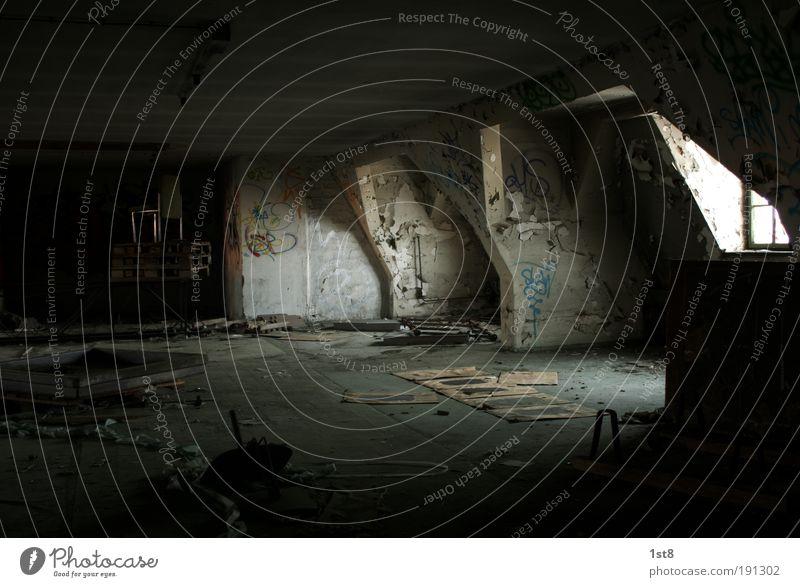 Dach Boden Fund alt Einsamkeit Haus dunkel Fenster Wand Mauer dreckig Sauberkeit Fabrik Müll Ruine Dachboden Industrieanlage Raum