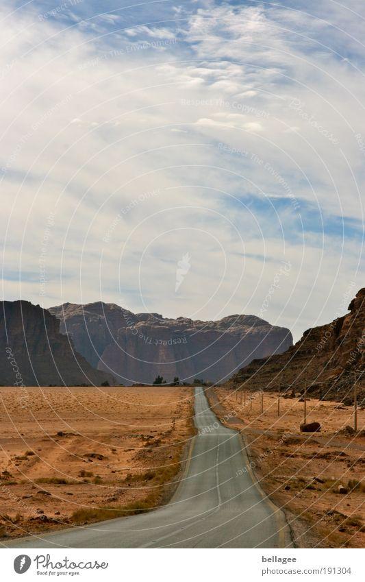 Straße ins nirgendwo Natur Landschaft Erde Wolken Hügel Felsen Berge u. Gebirge Wüste Straßenverkehr Autofahren Ferne Unendlichkeit Wärme braun Erfolg Sehnsucht