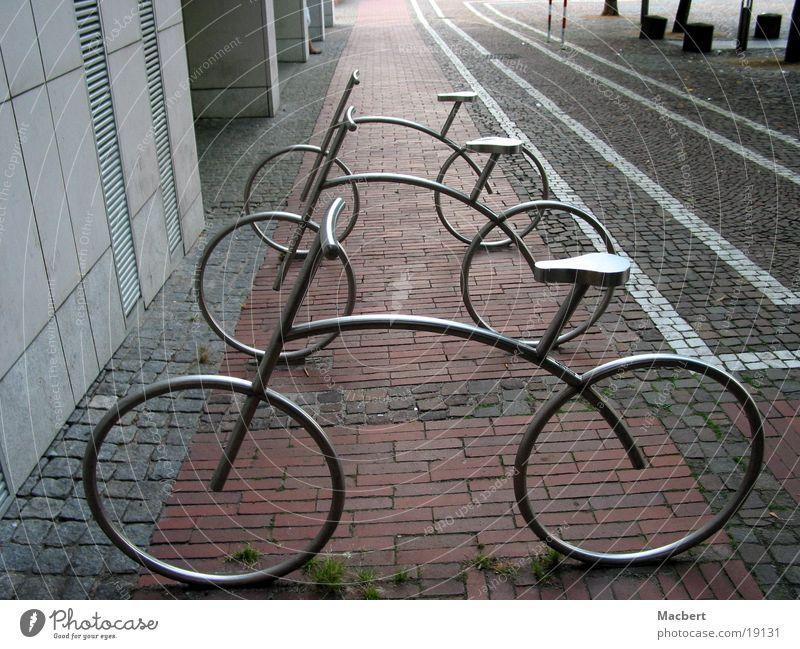 geparkt Fußgängerzone Mauer Haus Streifen rotbraun weiß Dinge Fahrräder stilisiert Metall Pflastersteine