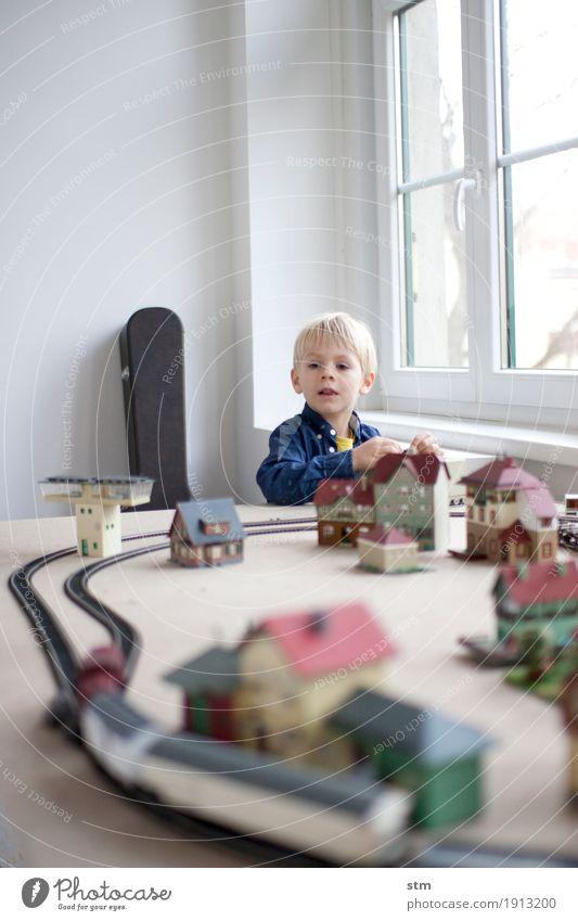 kleiner Eisenbahner Mensch Kind Haus Leben Junge Verkehr Kindheit Güterverkehr & Logistik Dorf Wachsamkeit Gleise Kleinkind Verkehrswege Kontrolle Interesse