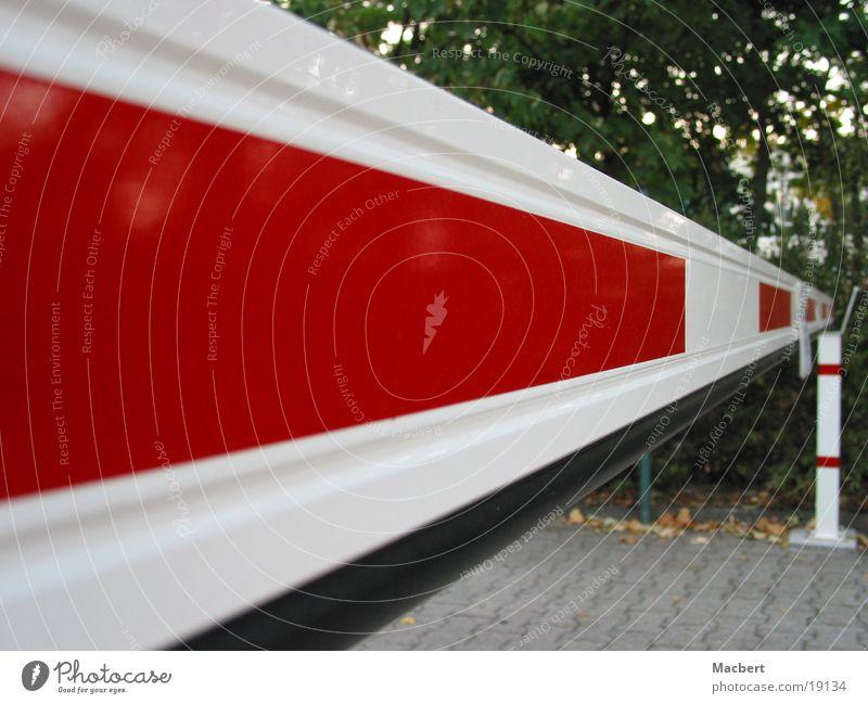 Schranke geschlossen weiß rot Straße Technik & Technologie Sträucher lang Pflastersteine Rechteck Barriere Elektrisches Gerät
