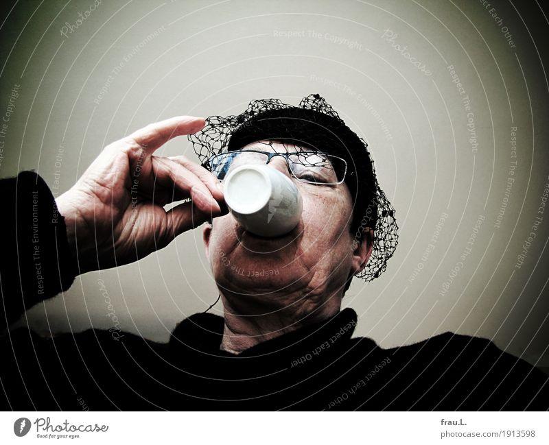 kurzer Besuch mit kaltem Kaffee Mensch feminin Frau Erwachsene Weiblicher Senior Leben Kopf Hand 1 60 und älter Pullover Hut Tasse trinken hässlich retro