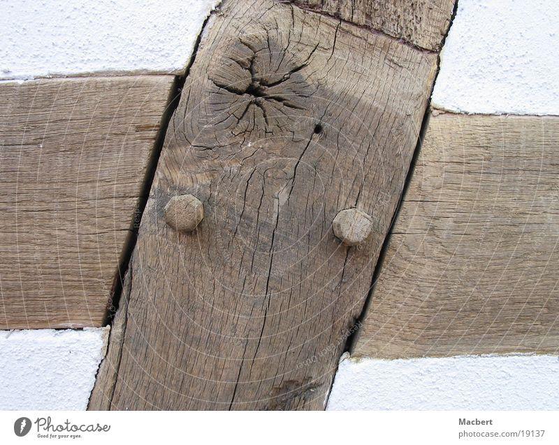Alte Handwerkskunst Holz Putz weiß braun rund Architektur alt Balken verrückt Holzdübel Riss Rücken
