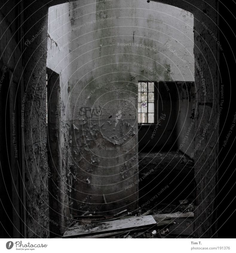 ALPTRÄUME (Serie) Haus Wand Fenster Mauer Tür Vergänglichkeit Verfall Ruine Angst stagnierend Zukunftsangst Schwarzweißfoto Gefühle