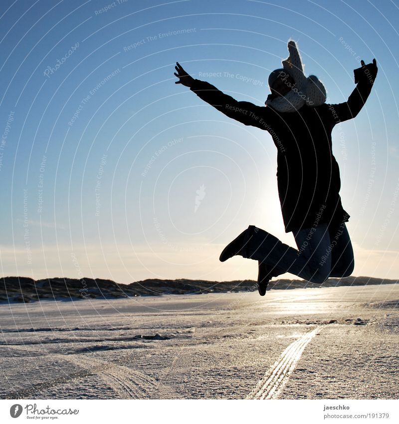 Jump! Freude Leben Ferien & Urlaub & Reisen Winter Winterurlaub Junge Frau Jugendliche Schönes Wetter Eis Frost Schnee Jacke Schal Mütze springen Gesundheit