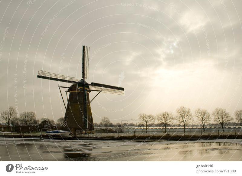 Windmühle Umwelt Natur Landschaft Winter Klima Klimawandel Feld Flussufer Arbeit & Erwerbstätigkeit alt kalt braun grau Windmühlenflügel Himmel Kanal