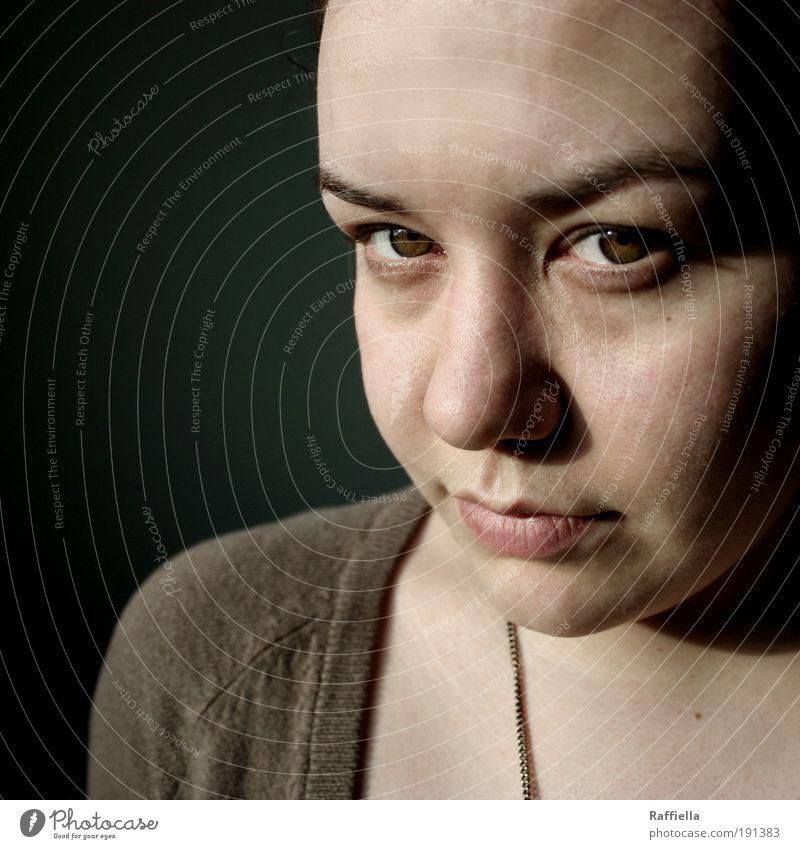 eiskalt. Jugendliche Gesicht Auge feminin Mund braun Kraft Haut Erwachsene Nase Lippen Kette Schatten Innenaufnahme strahlend