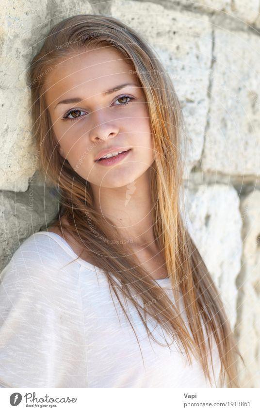 Schönes blondes Mädchen draußen Mensch Frau Jugendliche blau Sommer Junge Frau schön weiß Sonne Erholung Freude schwarz Gesicht Erwachsene gelb Wand