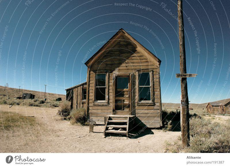 vor dem Haus Himmel alt blau ruhig Einsamkeit Tod grau Holz Sand Traurigkeit Stimmung hell braun Erde Armut ästhetisch