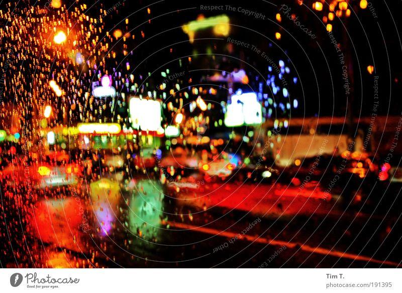 stadtleben Gefühle Stadt träumen Regen Straßenverkehr Natur Wassertropfen Nacht fahren Licht Verkehrswege Stadtzentrum Autofahren Ampel Hauptstadt