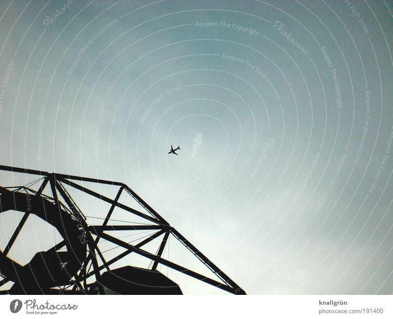 Crashkurs Himmel blau schwarz dunkel oben Architektur Flugzeug fliegen Luftverkehr gefährlich bedrohlich Wahrzeichen eckig Sehenswürdigkeit Gewitterwolken