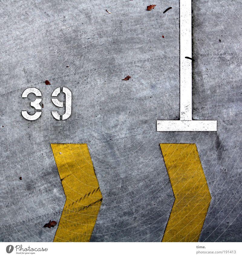 neununddreißig Beton Ziffern & Zahlen Pfeil gelb grau weiß T-Stück Asphalt Parkplatz Parkbucht Ecke Schramme Kratzer Reifenspuren Abdruck 3 9 abgefahren