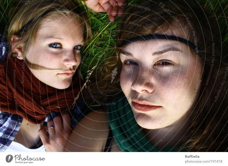 gemeinsam Mensch Hand Jugendliche grün Gesicht Leben Erholung Wiese träumen Mund Freundschaft warten blond Erwachsene Nase Lippen