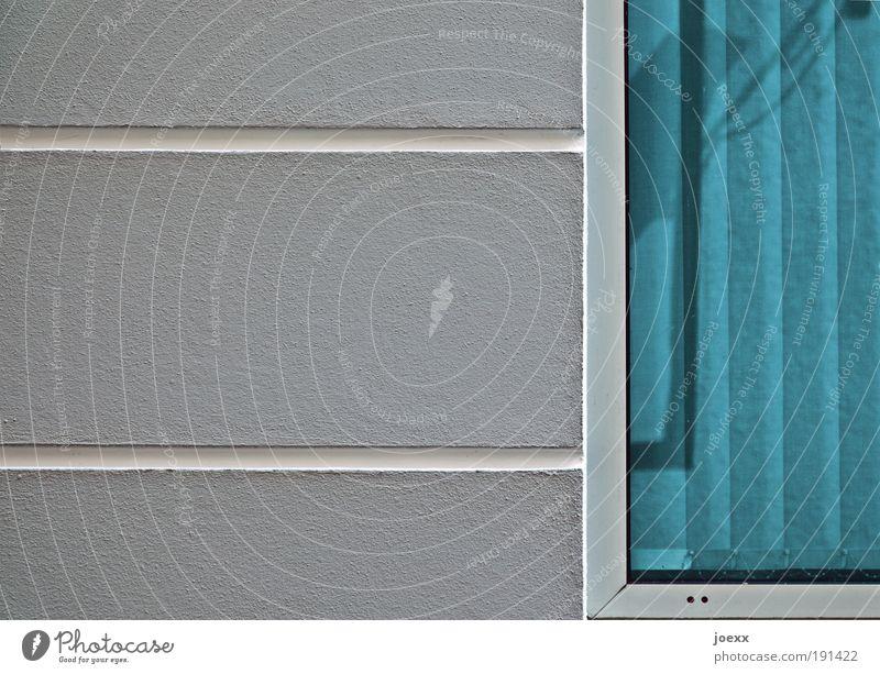 Uneinsichtig Haus Mauer Wand Fenster ästhetisch blau grau weiß Fassade vertikalstores Lamellenjalousie Rauhputz Fensterrahmen Streifen Ordnung sortieren