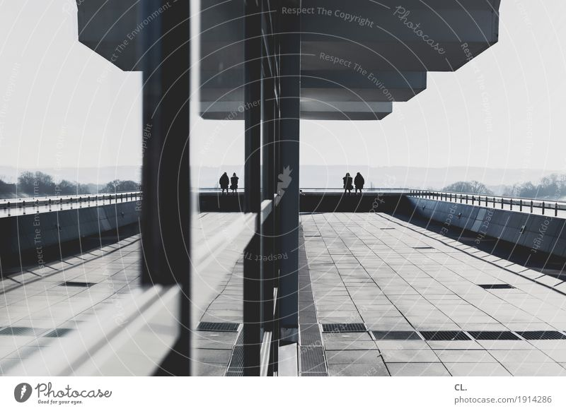 2x2 Mensch Erholung Ferne Fenster Architektur Leben Gebäude Paar Zusammensein Freundschaft Zufriedenheit sitzen Erfolg Perspektive Zukunft Pause