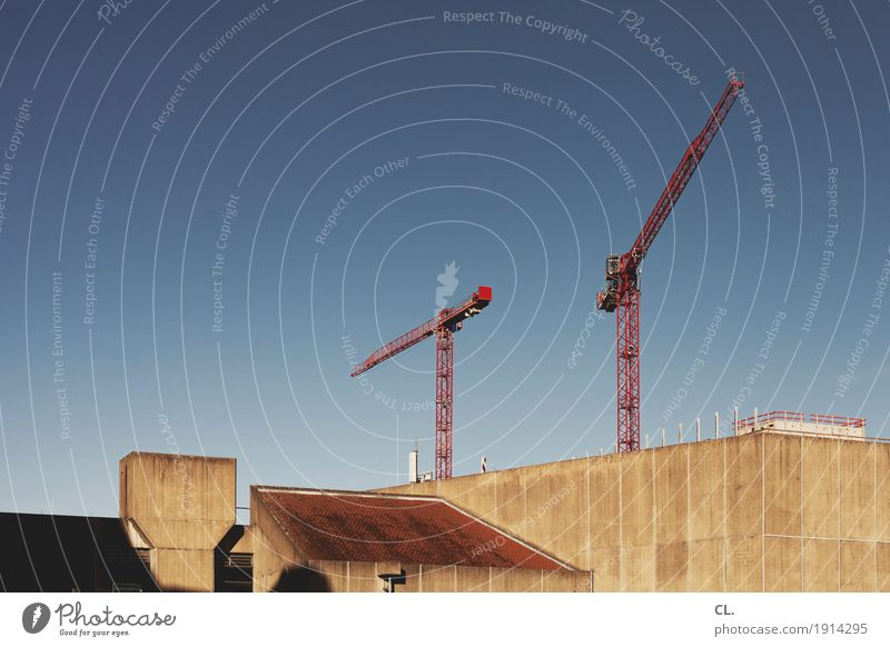 baustelle Arbeit & Erwerbstätigkeit Baustelle Wirtschaft Wolkenloser Himmel Schönes Wetter Stadt Haus Hochhaus Bauwerk Gebäude Architektur Mauer Wand Dach Kran