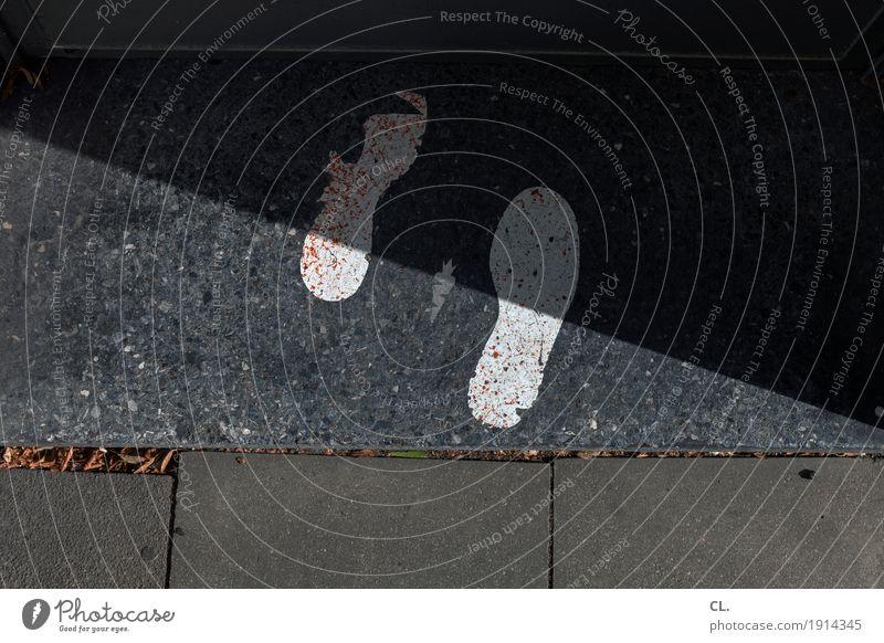 fußgängerzone Eingang Verkehrswege Fußgänger Wege & Pfade Boden Zeichen Fußspur gehen warten Traurigkeit Einsamkeit Zukunftsangst Beginn Ende Fortschritt