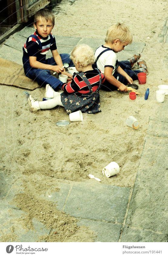 Die Sandkasten-Gang Freizeit & Hobby Spielen Ferien & Urlaub & Reisen Kindererziehung Kindergarten Kindheit Wege & Pfade blond Tatkraft Freude früher