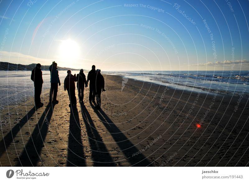 Goldene Zeiten. Mensch Ferien & Urlaub & Reisen Sonne Winter Strand Ferne Erholung Landschaft Schnee Küste Menschengruppe Freundschaft Horizont Zusammensein