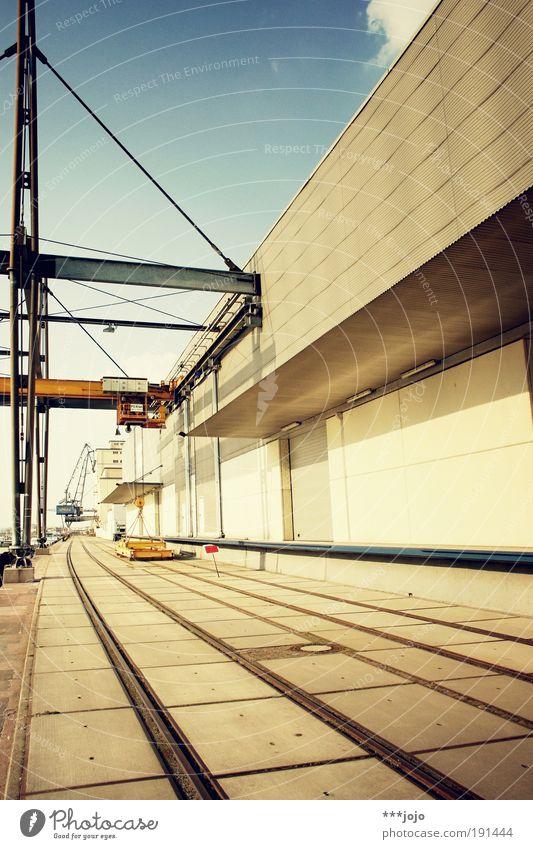 undertow. Beton modern Perspektive Industrie Industriefotografie Hafen Gleise Stahl Schifffahrt Flussufer Kran Konstruktion Lagerhalle Geometrie Container