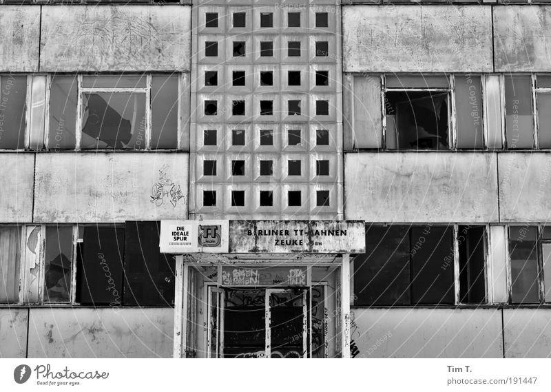 vorbei Fenster Traurigkeit Tür Fassade Hochhaus Europa Fabrik Ruine Hauptstadt Stadt verlieren Industrieanlage Schwarzweißfoto