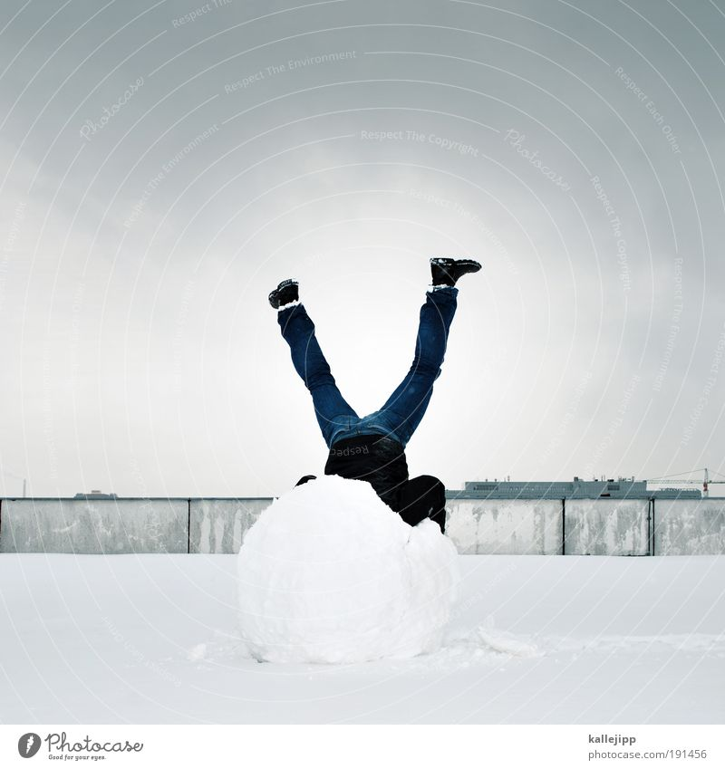schneemann Mensch Mann Stadt Winter Erwachsene kalt Schnee Beine Eis Körper maskulin Zufriedenheit verrückt Dach Frost Gleichgewicht