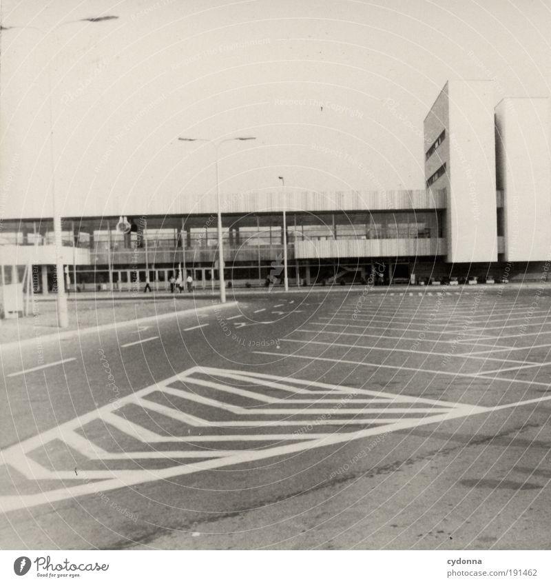 Linienführung Stadt ruhig Ferne Straße Leben träumen Wege & Pfade Gebäude Architektur planen Design Zeit Fassade ästhetisch Zukunft