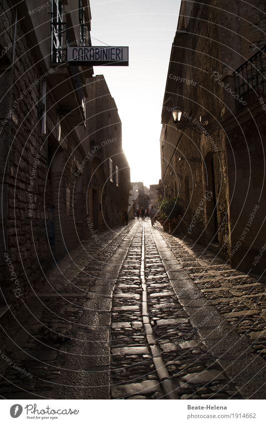 Unter den Augen der Carabinieri Himmel Ferien & Urlaub & Reisen Haus Straße Wand Lifestyle Gebäude Mauer außergewöhnlich gehen Häusliches Leben Wetter glänzend