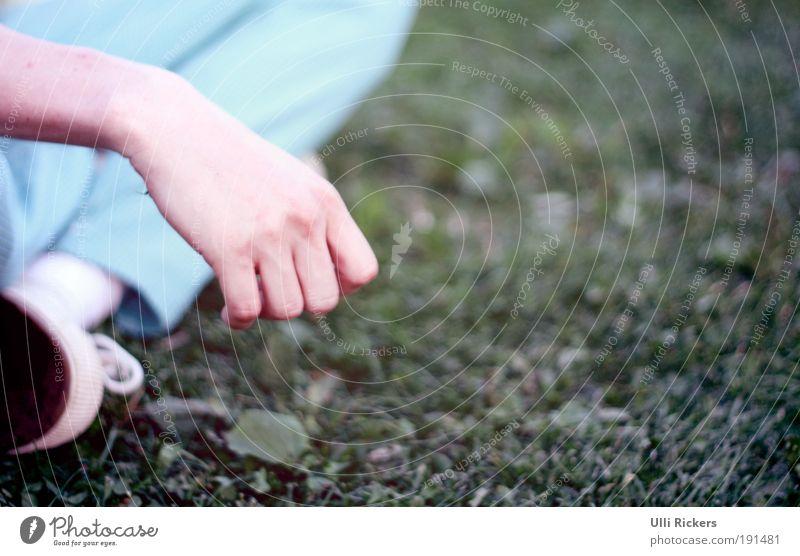 . Stil Rauschmittel Wohlgefühl Zufriedenheit Erholung ruhig maskulin Haut Arme Hand Fuß 18-30 Jahre Jugendliche Erwachsene Natur Sommer Schönes Wetter Gras Hose