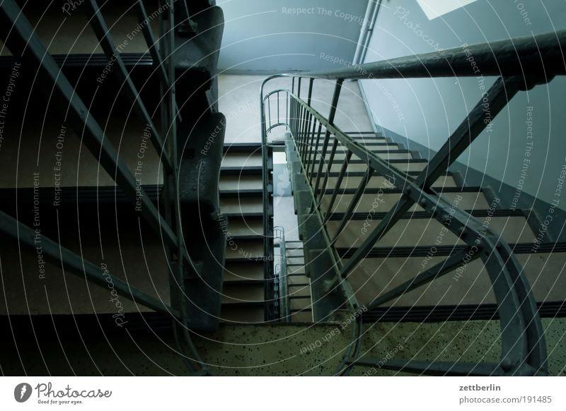 Treppe Treppenhaus Treppengeländer Geländer Niveau Treppenabsatz aufwärts abwärts Karriere Lebenslauf Schacht tief Sog