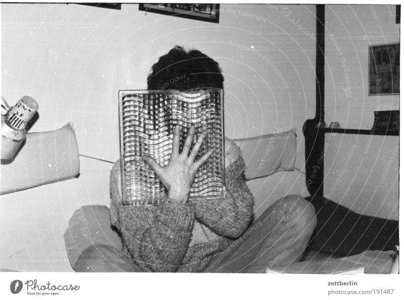 Wer im Steinhaus sitzt soll nicht mit Glas werfen Mensch Mann Gesicht sitzen Maske anonym Versteck Glasscheibe unsichtbar Aktion