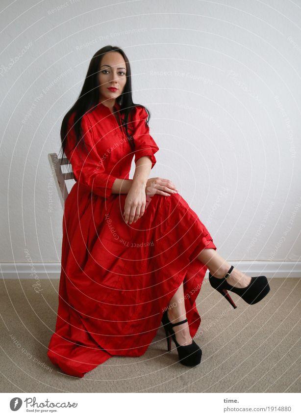 Nastya Stuhl Raum feminin Frau Erwachsene 1 Mensch Kleid Damenschuhe schwarzhaarig langhaarig beobachten Blick sitzen warten schön selbstbewußt Willensstärke