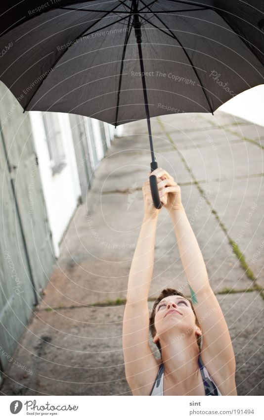 abgeschirmt Freude feminin Junge Frau Jugendliche Kopf Haare & Frisuren 1 Mensch Wetter Wind Sturm kurzhaarig Sonnenschirm gebrauchen festhalten fliegen Blick
