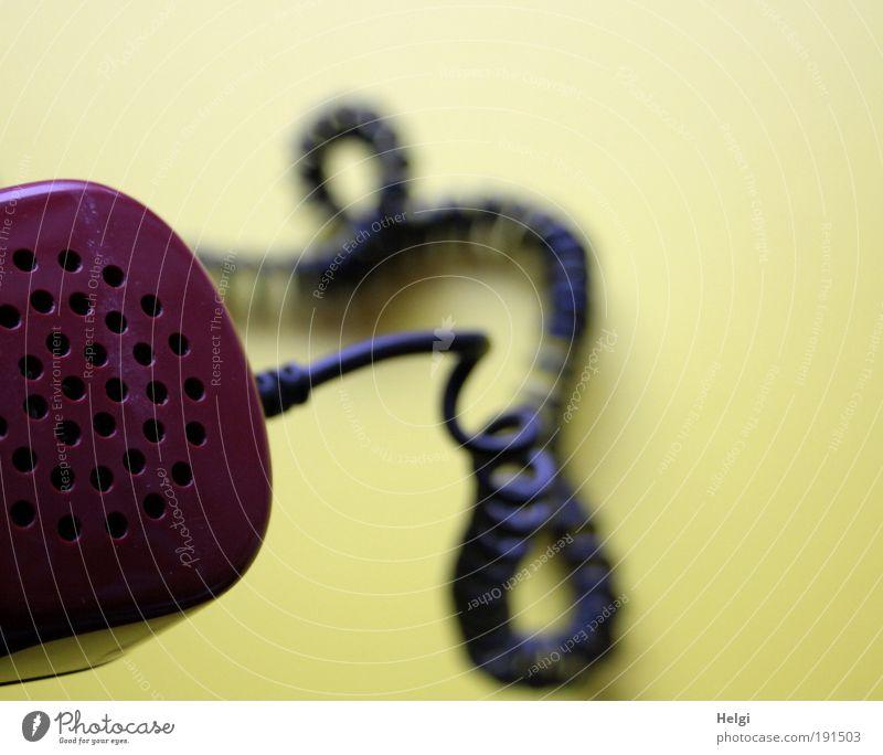 Nahaufnahme eines alten Telefonhörers mit geringeltem Kabel Lautsprecher Telekommunikation Kunststoff hören sprechen Häusliches Leben ästhetisch einfach retro