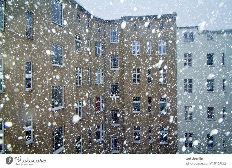 Schneegestöber Brandmauer Fassade Fenster Haus Hinterhof Hof Innenhof Stadtzentrum Mauer Mehrfamilienhaus Menschenleer Stadthaus Niederschlag Schneefall