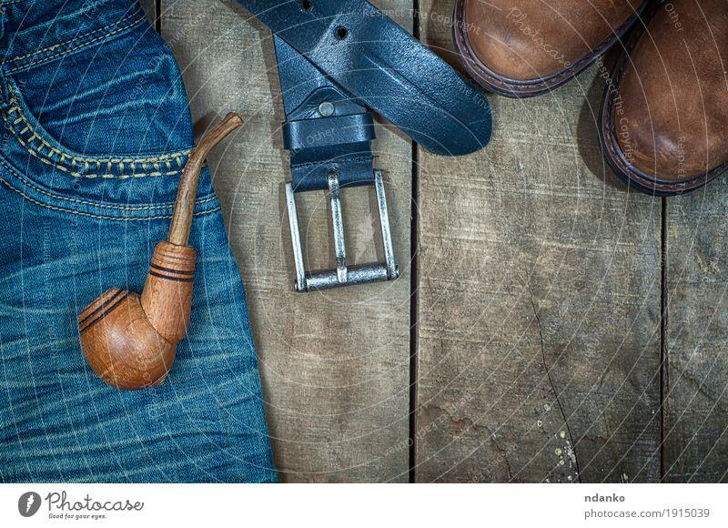 Detail von getragenen Blue Jeans und von braunen Schuhen Stil Design Mann Erwachsene Mode Bekleidung Arbeitsbekleidung Jeanshose Stoff Leder Stiefel Holz alt