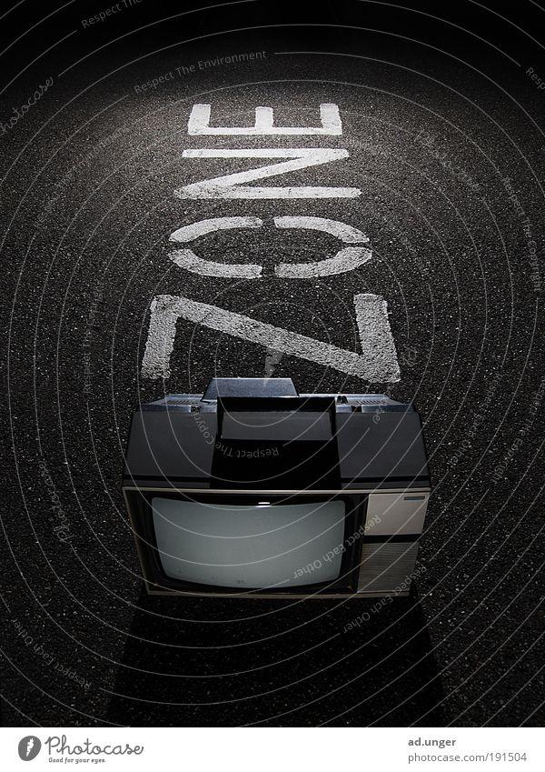 \ / ZONE Erwachsene Kindheit leuchten bedrohlich Telekommunikation Medien Fernseher Fernsehen Gesellschaft (Soziologie) Rauschmittel Informationstechnologie Antenne Fernsehen schauen Mensch Zone Satellitenantenne