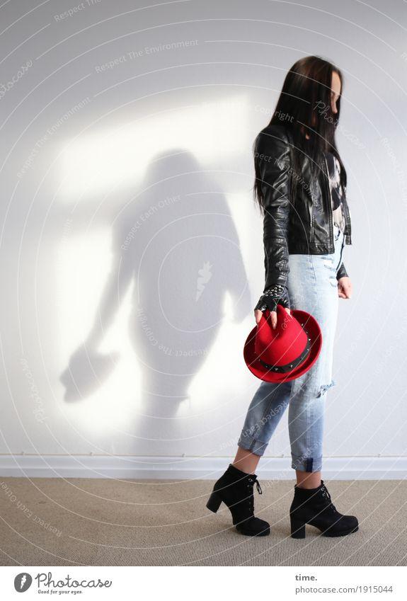 Nastya Raum feminin Frau Erwachsene 1 Mensch T-Shirt Jeanshose Jacke Stiefel Hut schwarzhaarig langhaarig festhalten gehen stehen schön Traurigkeit Sorge