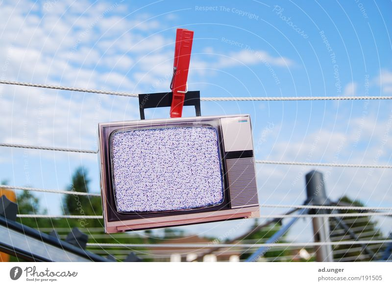 Der Dreck ist weg. Fernseher Bildschirm Unterhaltungselektronik Telekommunikation Informationstechnologie Medien Fernsehen Fernsehen schauen Reinigen bedrohlich