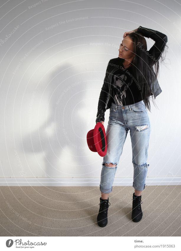 Nastya Raum feminin Frau Erwachsene 1 Mensch T-Shirt Jeanshose Jacke Stiefel Hut schwarzhaarig langhaarig beobachten festhalten Blick warten schön selbstbewußt