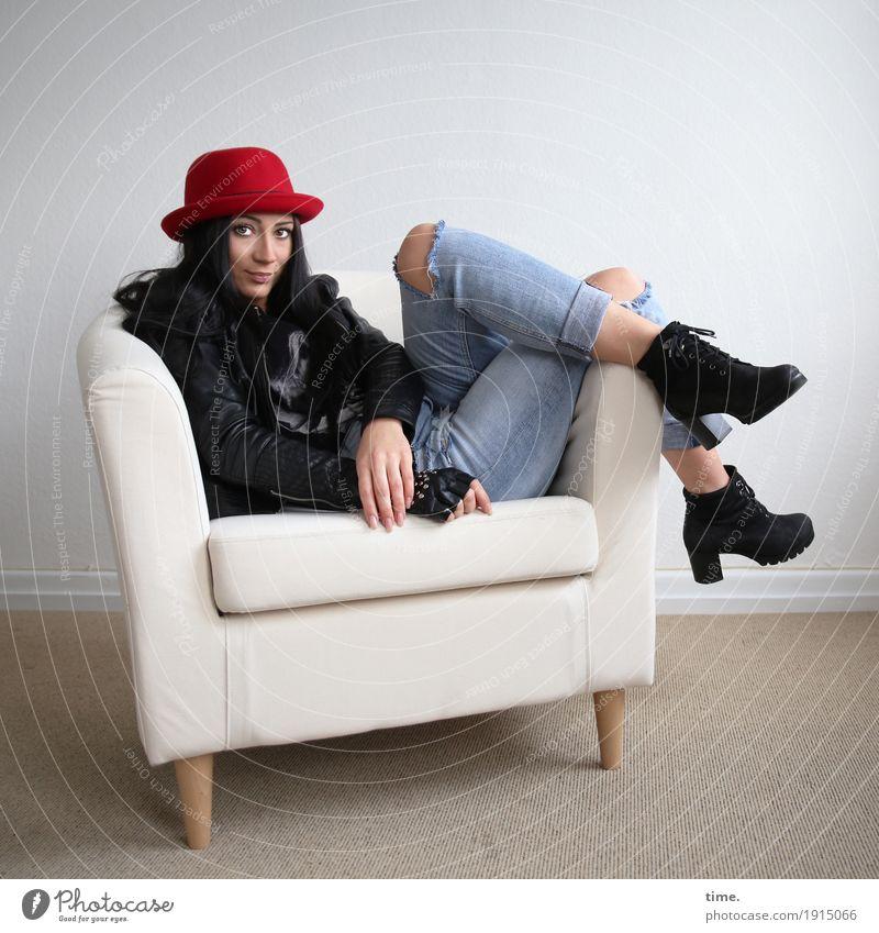 Nastya Sessel Raum feminin Frau Erwachsene Jeanshose Jacke Stiefel Hut schwarzhaarig langhaarig beobachten Erholung Lächeln Blick sitzen warten schön