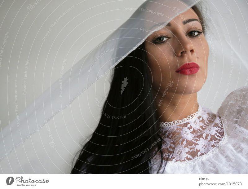 . Mensch Frau schön Erwachsene Leben feminin Denken ästhetisch beobachten Neugier Schutz festhalten Kleid Stoff Mut Wachsamkeit