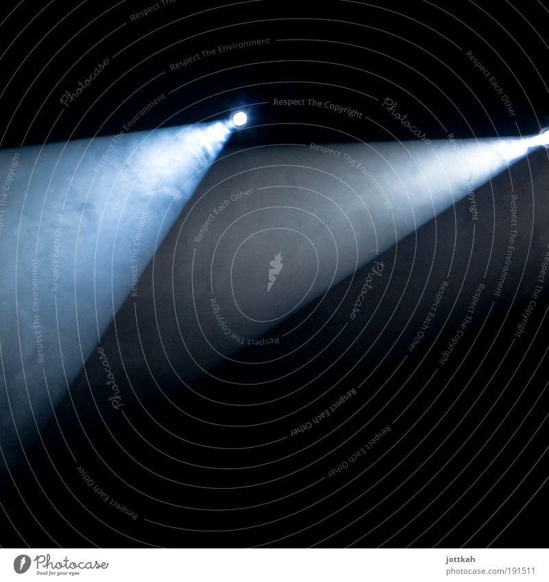 mach ma Licht² Nachtleben Entertainment Veranstaltung Konzert Bühne dunkel hell blau schwarz weiß anstrengen Scheinwerfer Beleuchtung Rampenlicht Lampenfieber