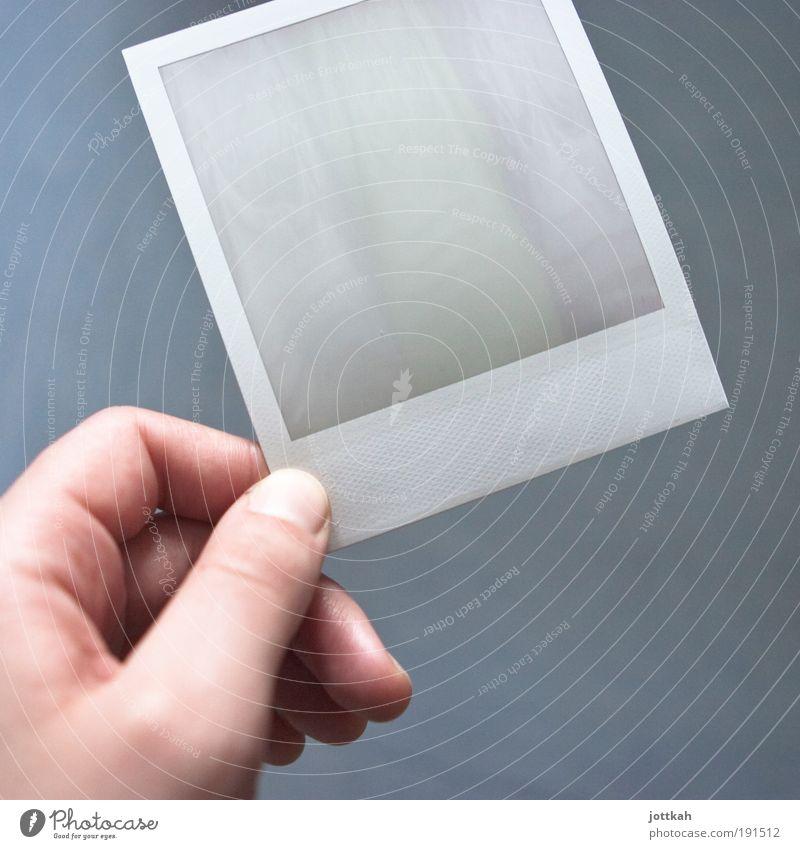 warten Hand alt blau Polaroid Fotografie Finger Geschwindigkeit retro authentisch Mensch Fotokamera analog Wissenschaften Neugier festhalten