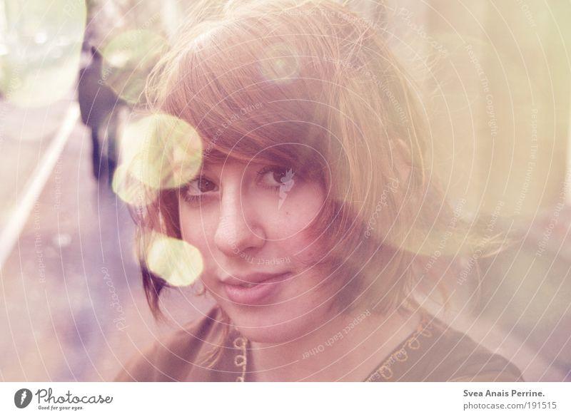 Svea Anais Perrine. Jugendliche Junge Frau Haus 18-30 Jahre Gesicht Erwachsene gelb Wand Bewegung natürlich feminin Stil Mauer Haare & Frisuren braun rosa