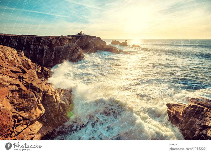 Meer sein Himmel blau Wasser weiß Sonne Landschaft gelb Küste braun Felsen Wellen Schönes Wetter Unendlichkeit Fernweh maritim