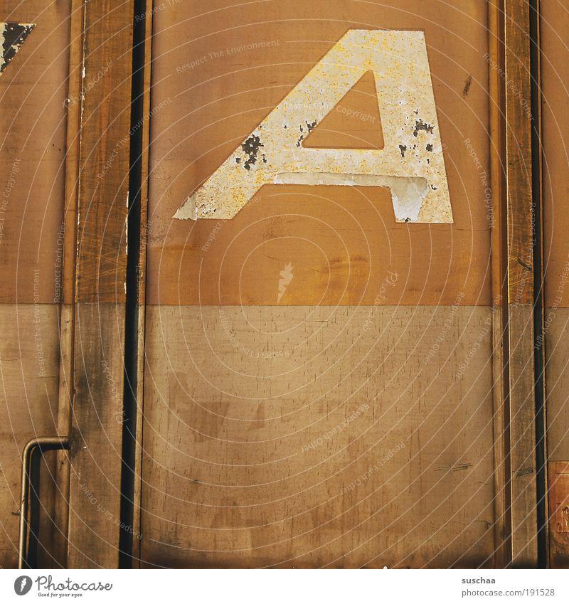 A wie ??? alt braun Metall Schilder & Markierungen Eisenbahn Schriftzeichen Ziffern & Zahlen Buchstaben Vergänglichkeit Zeichen Stahl Rost Griff Container Bahn
